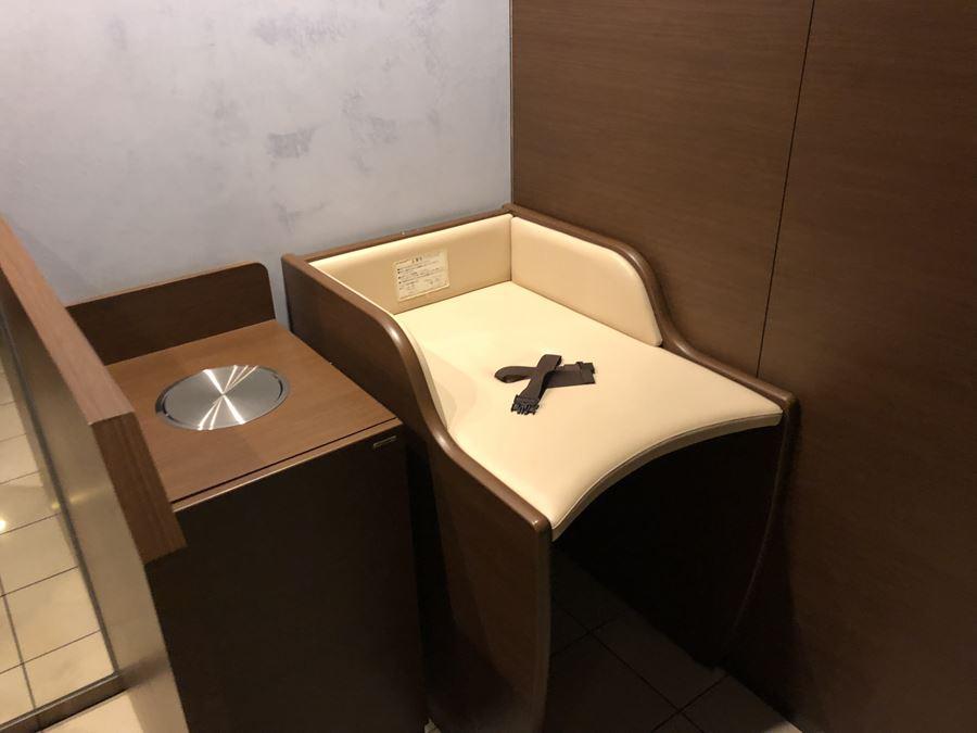 コレットマーレ7F男子トイレの、オムツ交換台写真