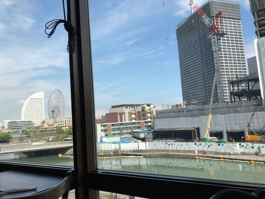 桜木町駅前にある「クロスゲート」3階のフライデーズから見たみなとみらい