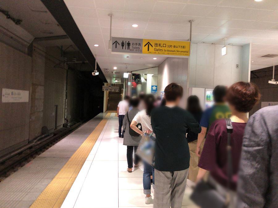 元町中華街駅で降りて、エスカレーターに並ぶ乗客