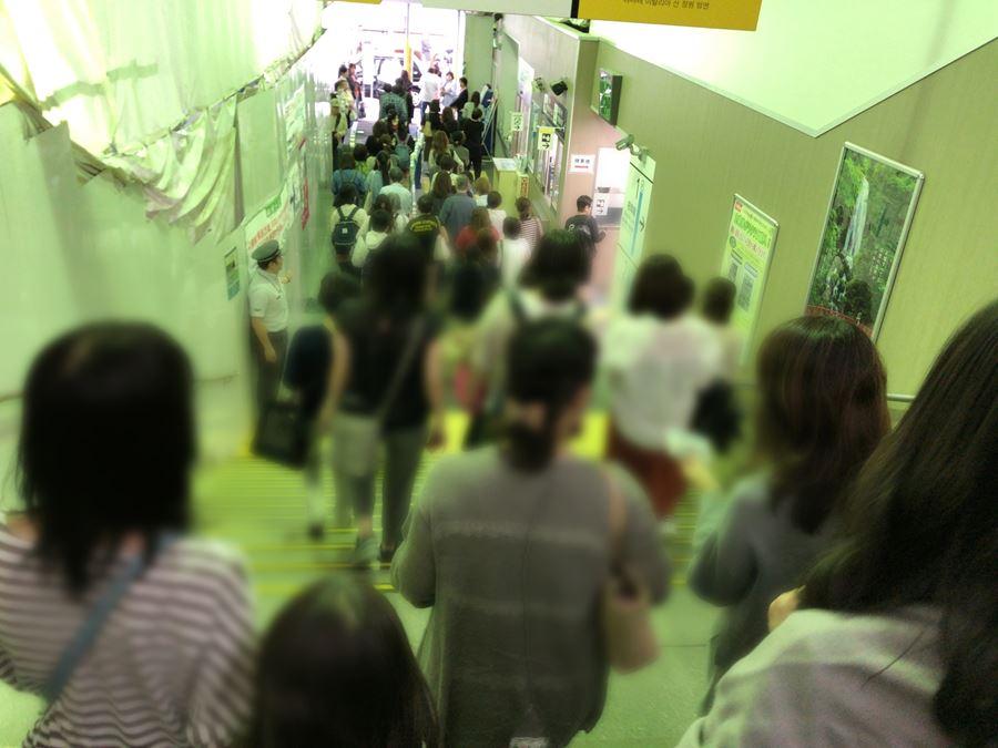 元町チャーミングセール2018秋。石川町駅に降りる人たちの写真