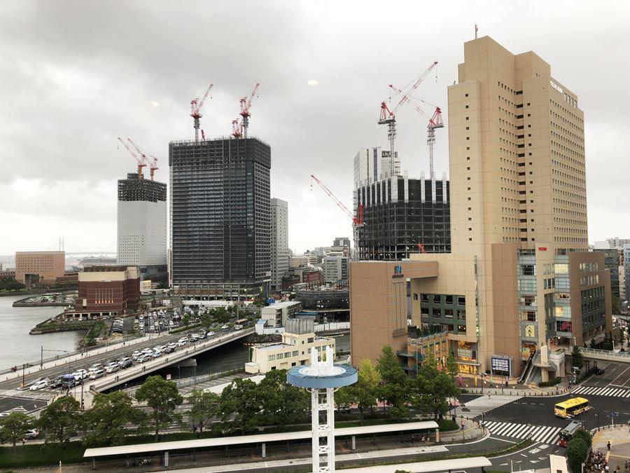 コレットマーレ7Fの男子トイレから見える、横浜北仲エリア