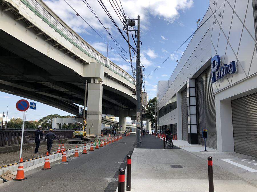 港山下ナナイロの駐車場入口写真