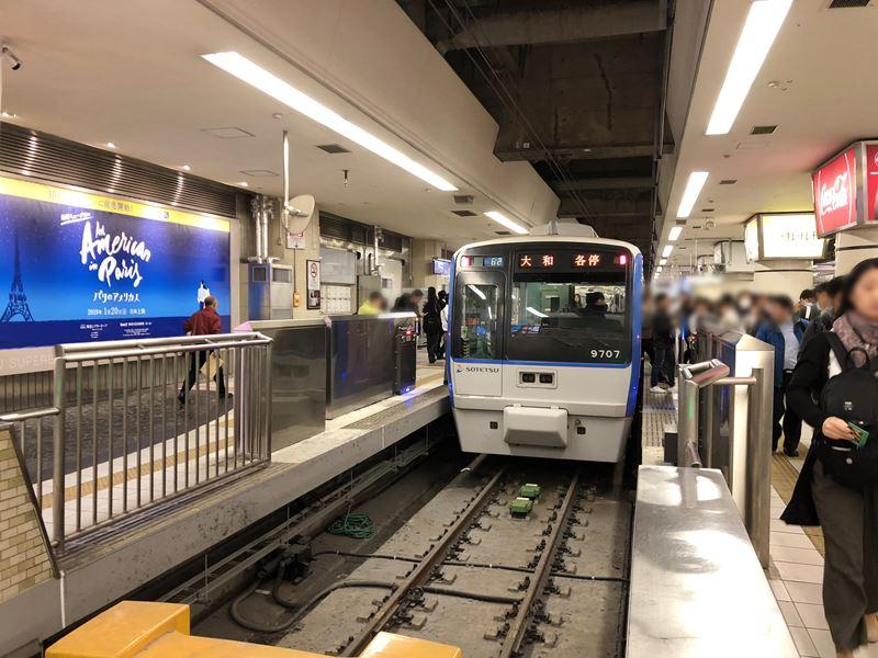 横浜駅に止まる相鉄線の電車