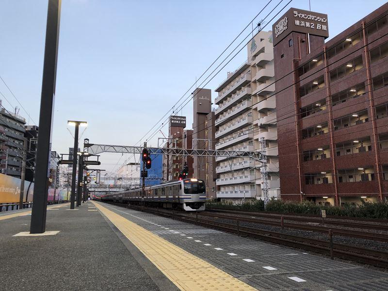 相鉄線平沼橋駅を通過するJR横須賀線の電車