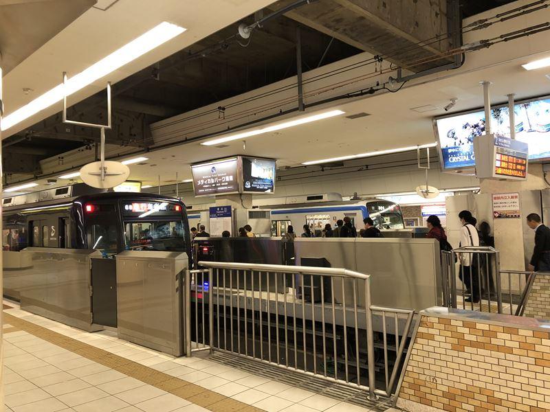 横浜駅に停まる相鉄線9000系リニューアル車両