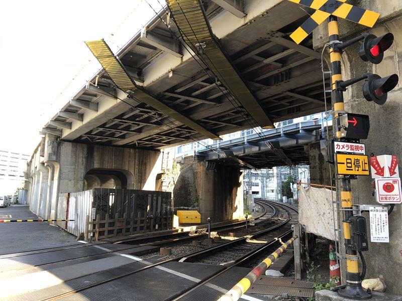 横浜駅近くにある京急線の踏切画像