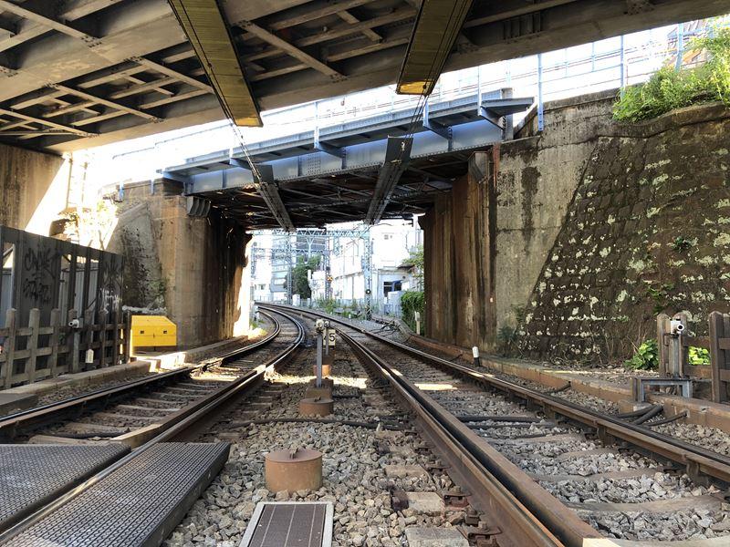 京急線、横浜第2踏切から見た横浜駅方面の線路