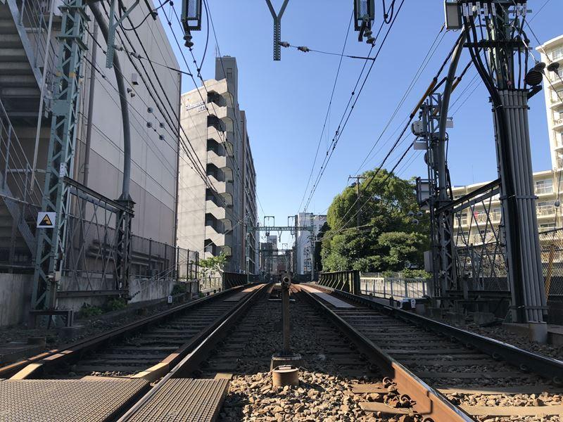 横浜第2踏切から見た戸部駅方面の線路