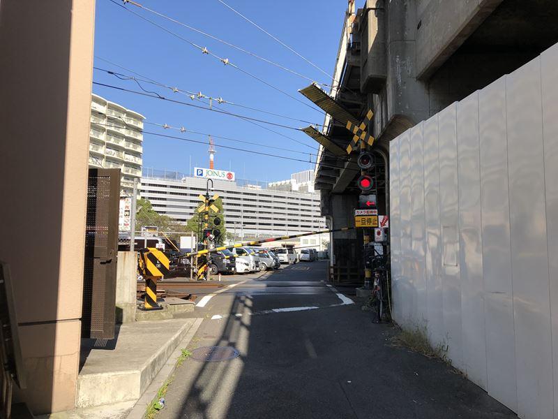 JR京浜東北根岸線と交差する京急線の踏切