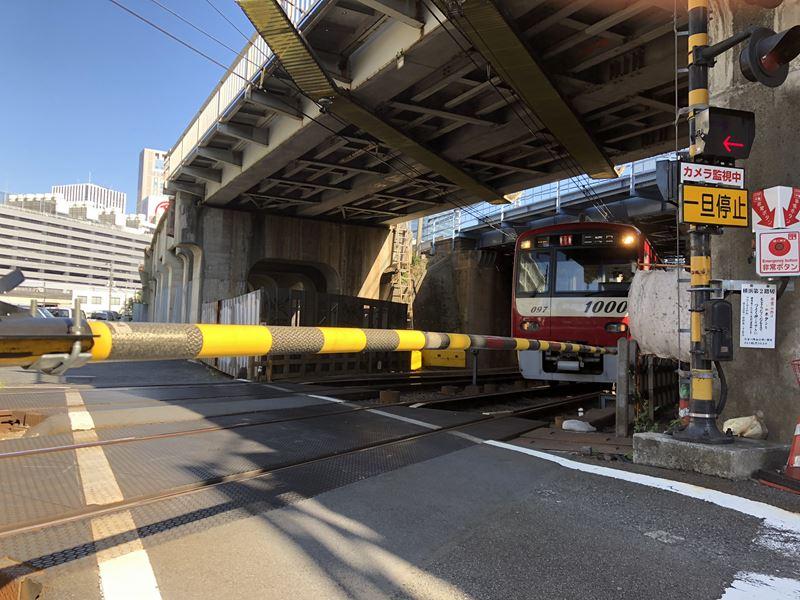 間近を走る京急線の電車画像