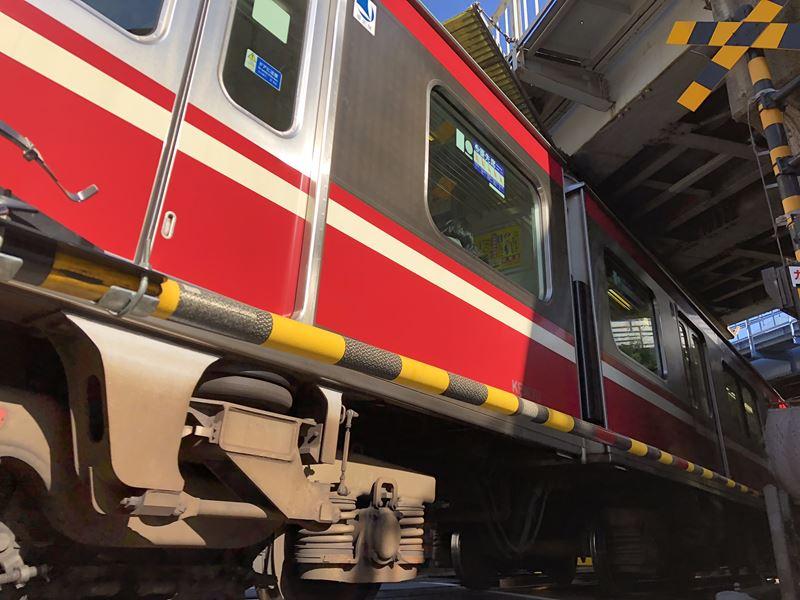 間近を走る京急線の電車