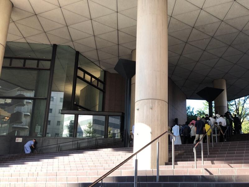 横浜市立中央図書館の開館前に並ぶ人たち