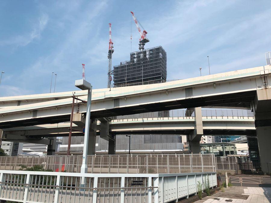横浜駅東口から見た、建設工事中の西口駅ビル