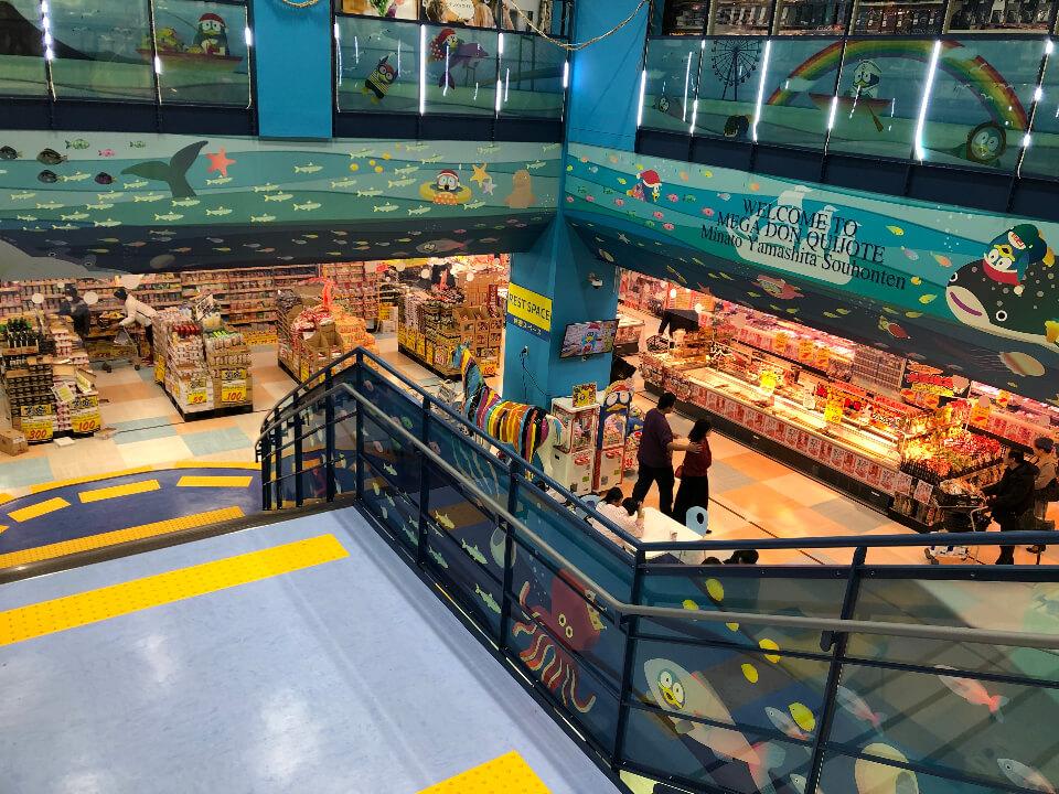 メガドンキ港山下総本店の地下へ降りる階段