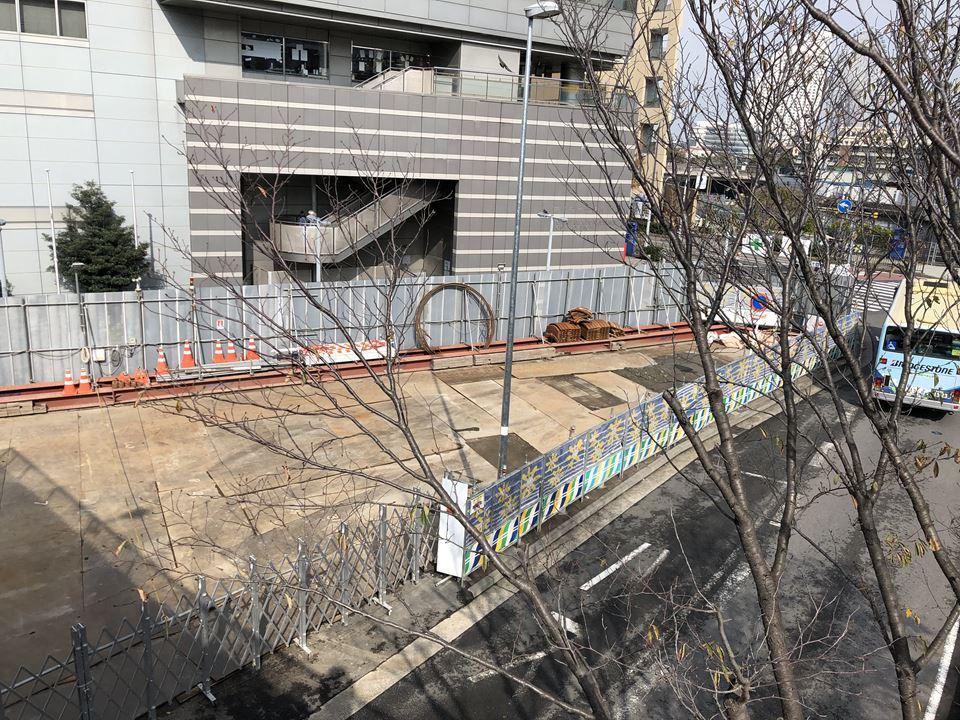 既存のデッキから見える人道橋の工事現場と横浜新市庁舎