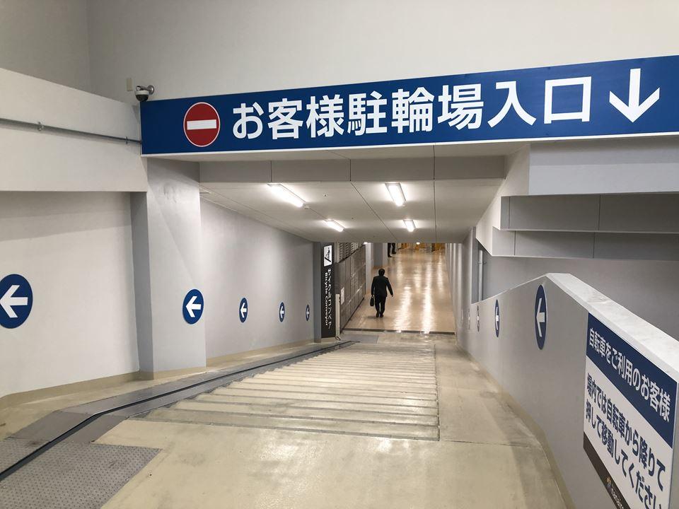 MEGAドンキ港山下総本店の駐輪場入口