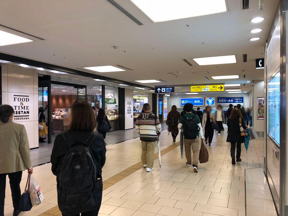 横浜駅西口の写真 イセタン前