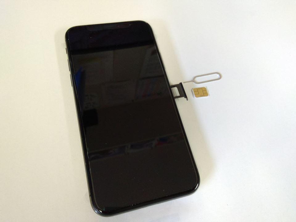 iPhoneXのSIMカードを抜く