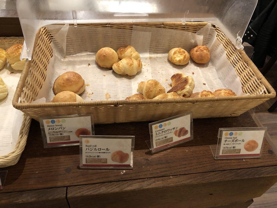 鎌倉パスタ横浜ワールドポーターズの焼き立てパン食べ放題の様子