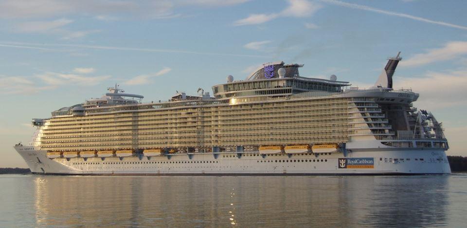 世界最大級の豪華客船オアシス・オブ・ザ・シーズの写真
