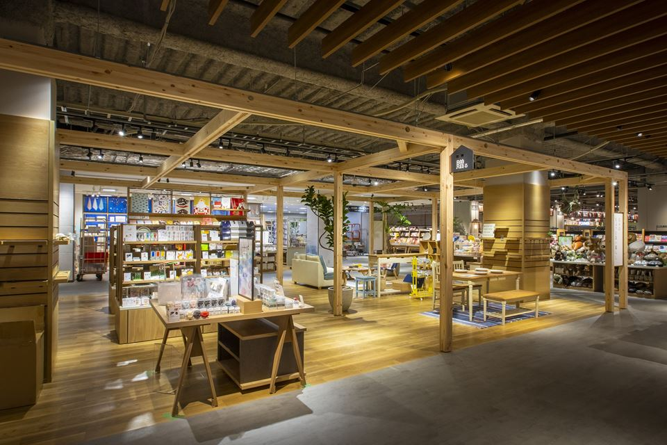 「ホームズ新山下店」がリニューアルし、新しくオープンしたTSUTAYA BOOKSTORE ホームズ新山下店の店内写真