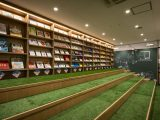 『TSUTAYA BOOKSTORE ホームズ新山下店』は家具・本・カフェの融合で心地いい空間に。