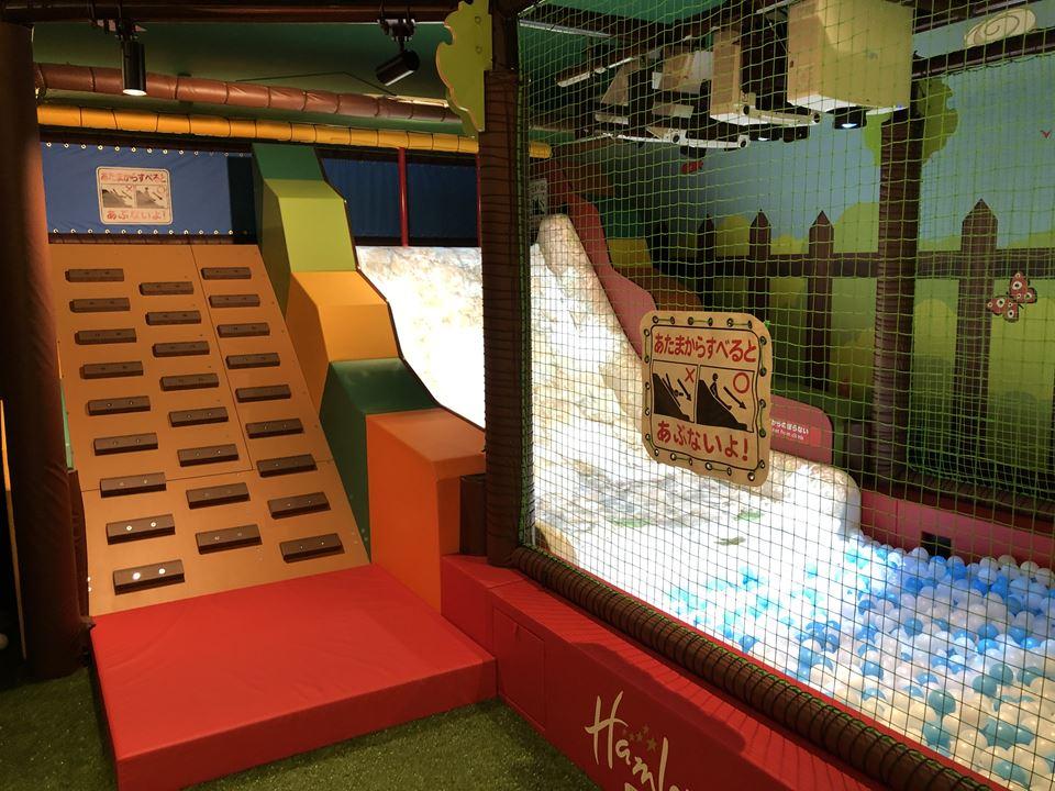 ハムリーズ横浜ワールドポーターズ店のプレイルームの様子