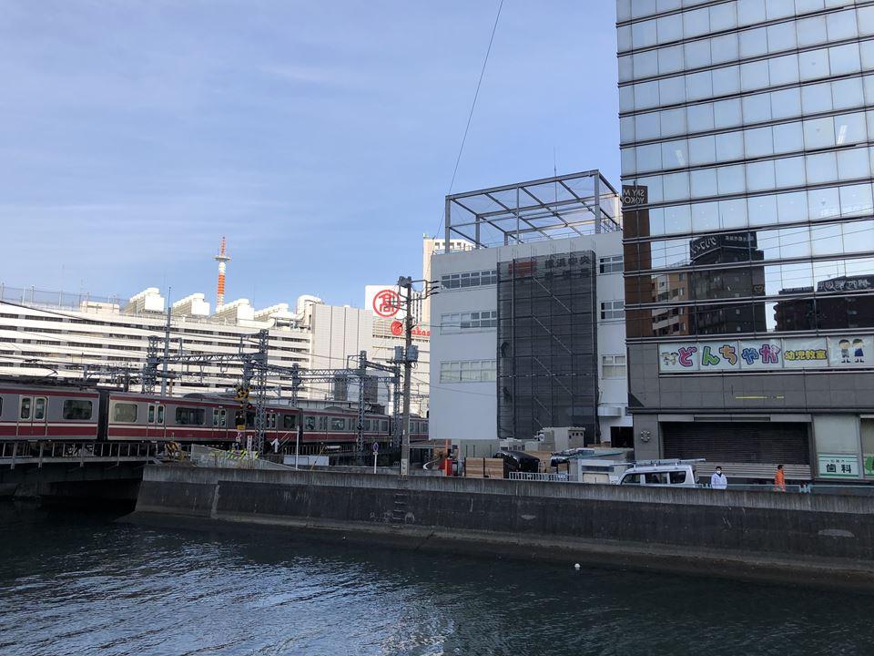 万里橋からアソビルの建物を見た図