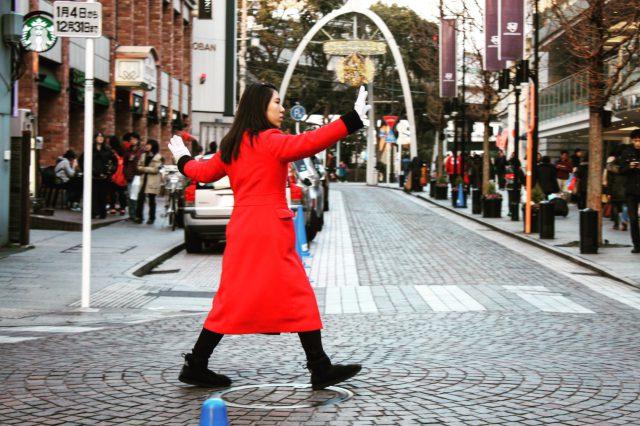 元町ショッピングストリートの交通整理女性