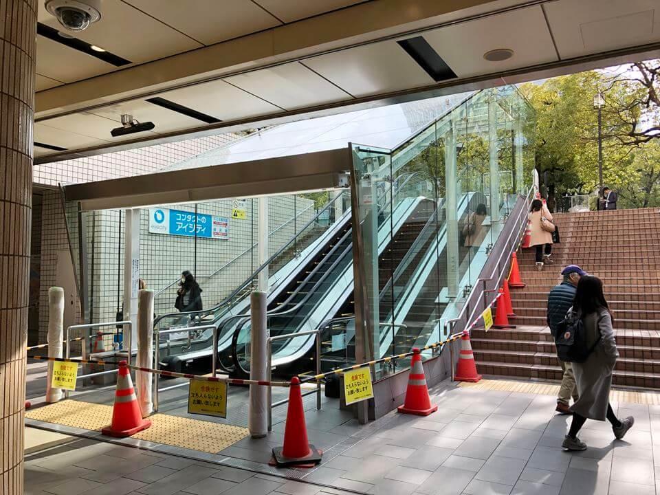 横浜駅東口にあるポルタ3階段に設置されるエスカレーター