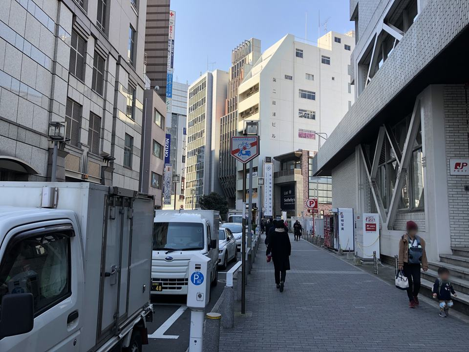 横浜駅みなみ東口から帷子川方面へ行く道路