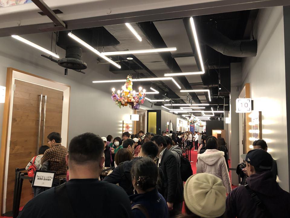 アソビル2Fのうんこミュージアムに並ぶ人たち