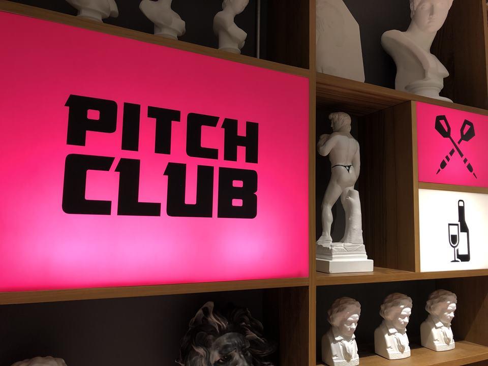 アソビルに入るピッチクラブの看板