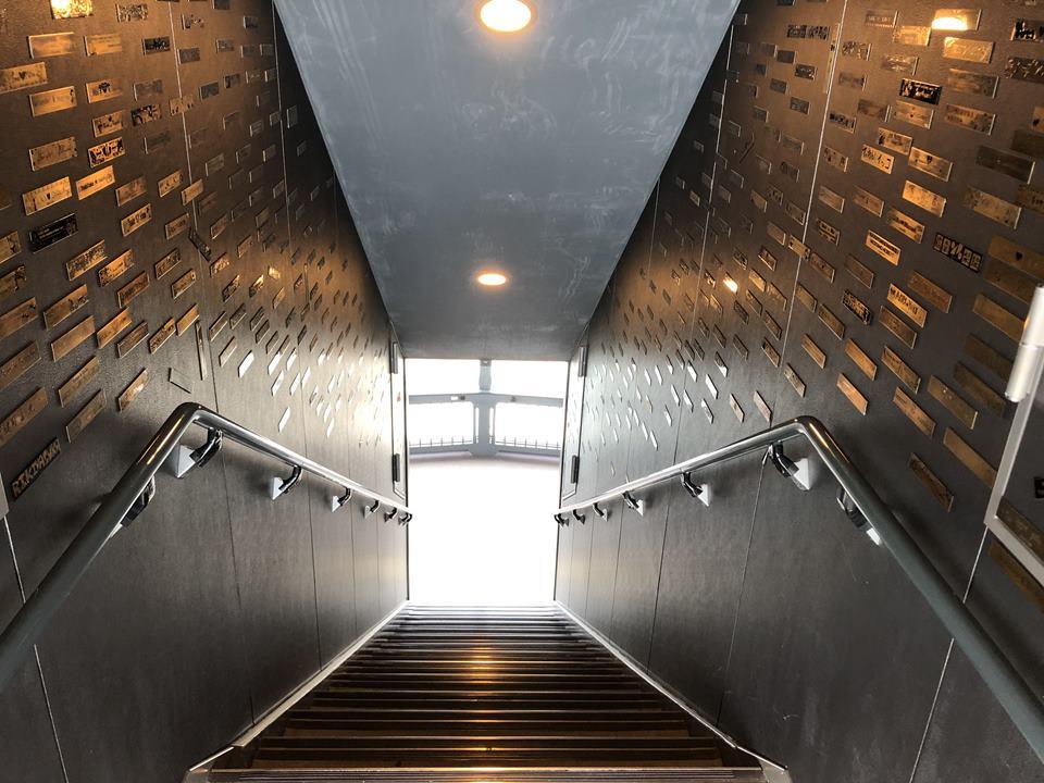 横浜マリンタワーの30Fから20Fへ降りる階段