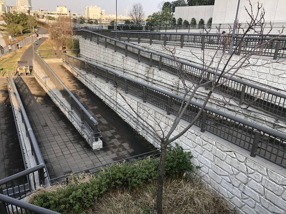 横浜駅とみなとみらいの間にある「高島水際線公園」のスロープ