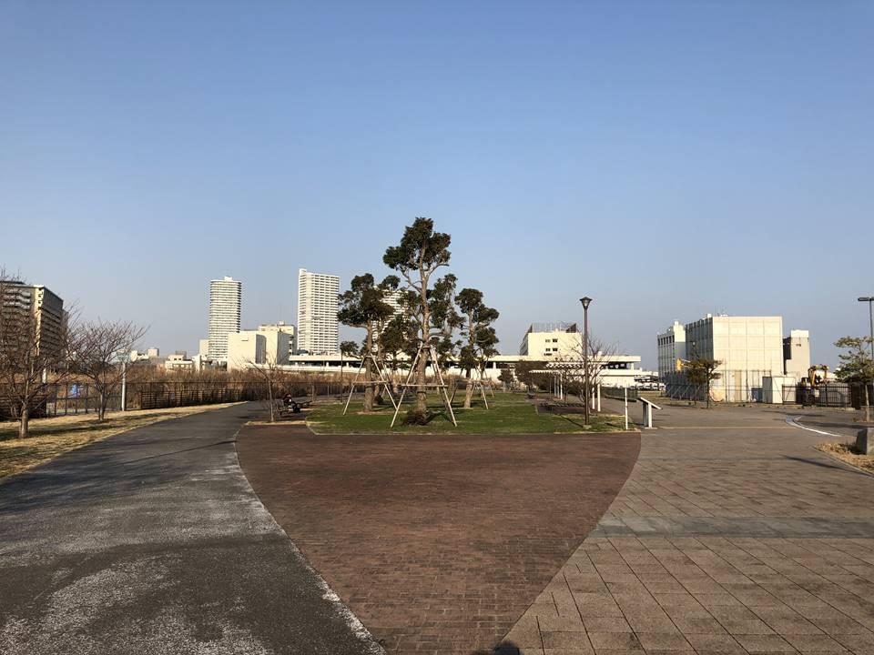 横浜駅とみなとみらいの間にある「高島水際線公園」