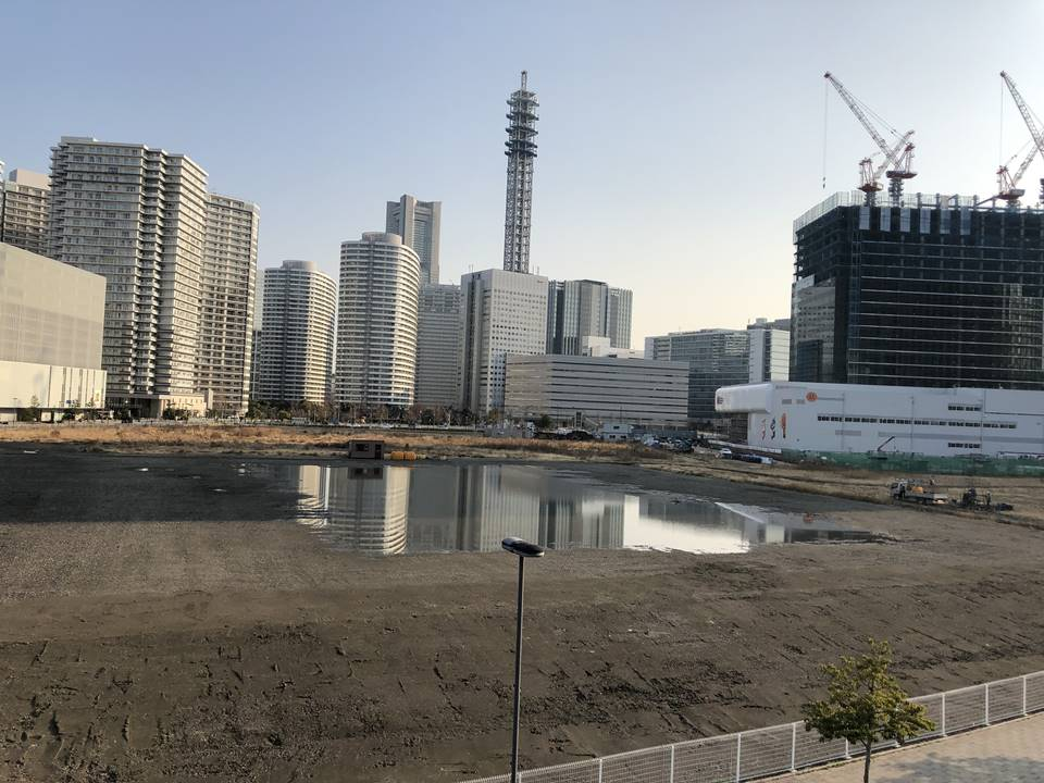 横浜駅とみなとみらいの間にある「高島水際線公園」から見たみなとみらいの再開発