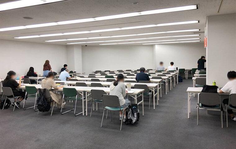 横浜市中央図書館の自習室の様子