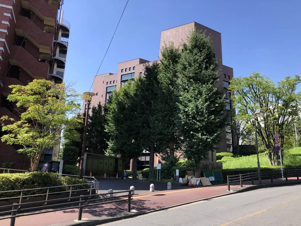 横浜市立中央図書館正面入口