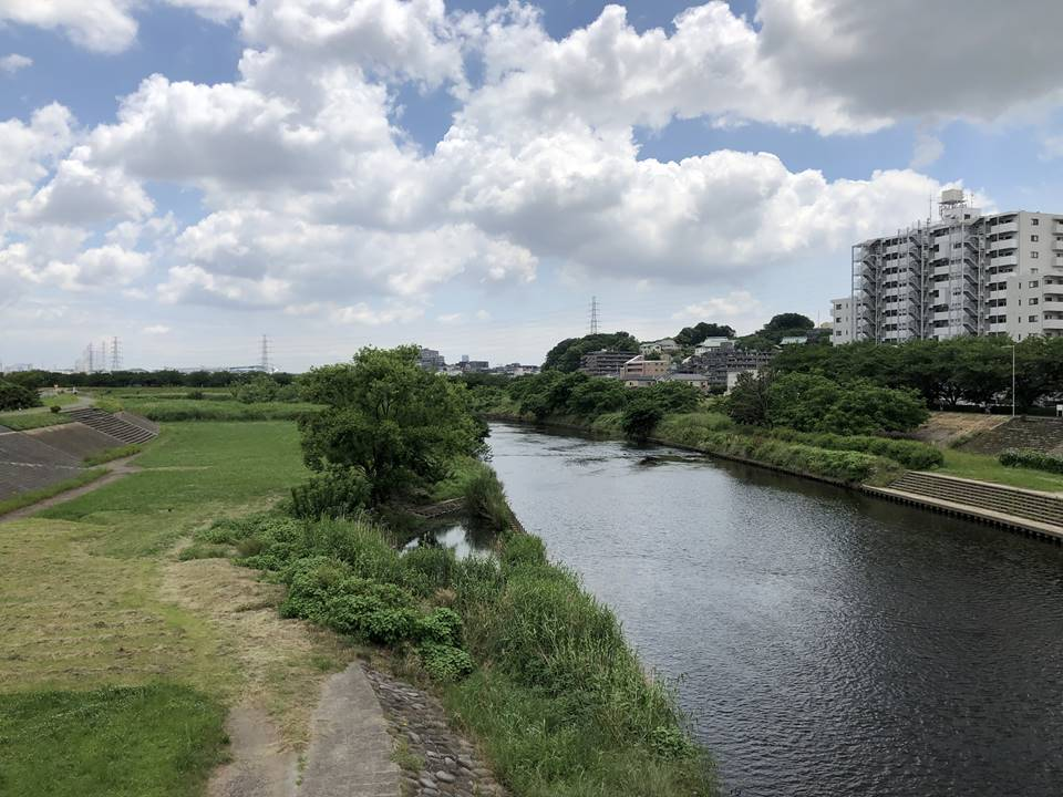 JR横浜線鴨居駅からららぽーと横浜へ歩いて行く道路