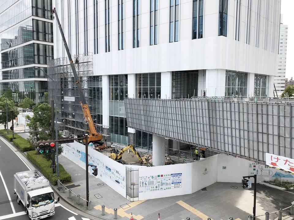 日産本社ビルから京急グループ本社ビルへ接続する歩道橋の設置工事の様子