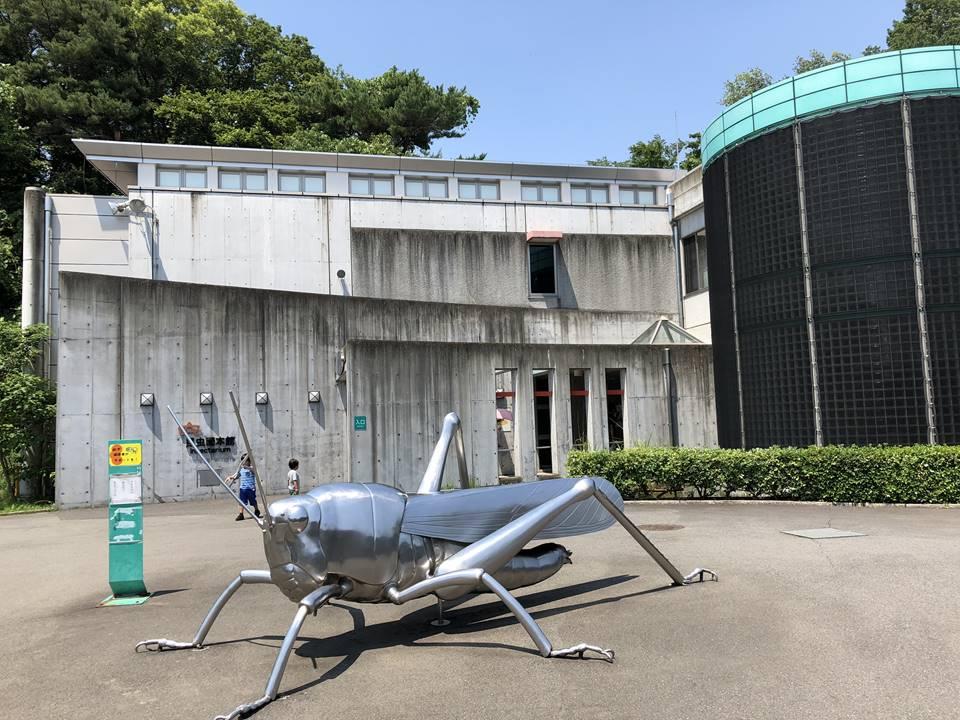 多摩動物公園の昆虫園にあるバッタのモニュメント