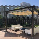 横浜ベイクォーターの屋上「ベイガーデン」にあるソファ写真