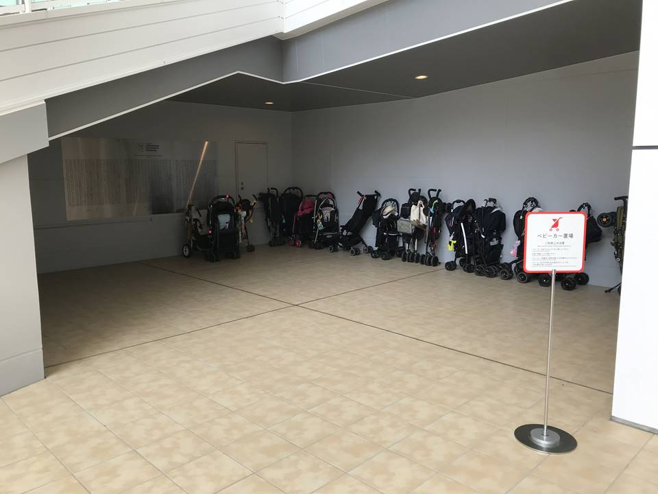 横浜アンパンマンこどもミュージアムの正面入口(階段下)にあるベビーカー置き場