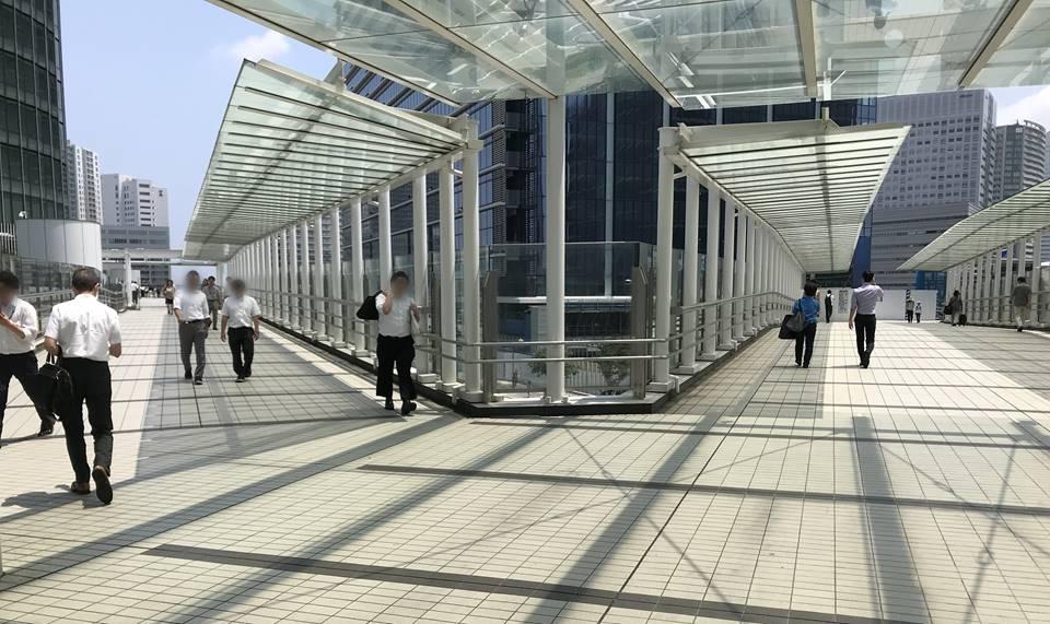 日産本社ビルから富士ゼロックスビルにつながる歩道橋