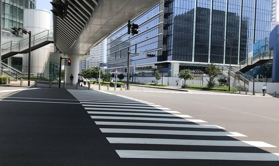 日産本社ビルを出会ところからアンパンマンミュージアムへの横断歩道