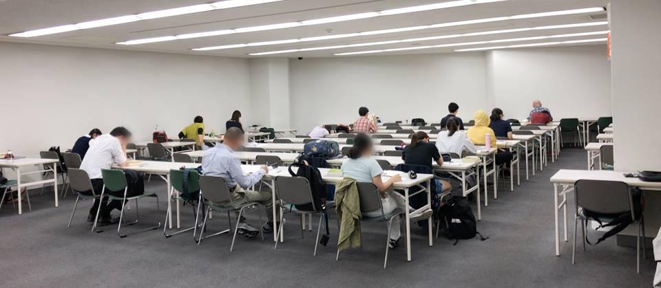 平日月曜午後の横浜市中央図書館自習室の様子