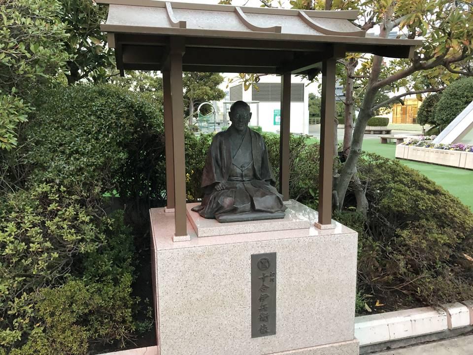 そごう横浜店屋上にある神社と銅像写真