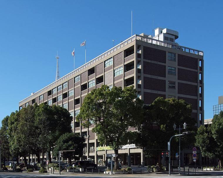 1959年に建てられた横浜市庁舎の外観写真