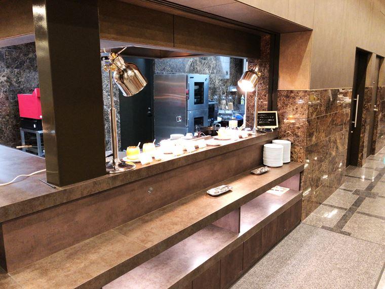 アパホテル&リゾート〈横浜ベイタワー〉のバイキングレストラン「ラ・ベランダ」の内観写真